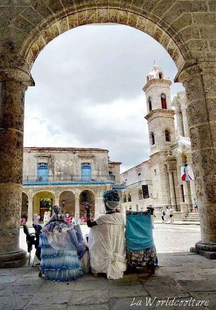 cubaine en tenue créole Habana Vieja Cuba