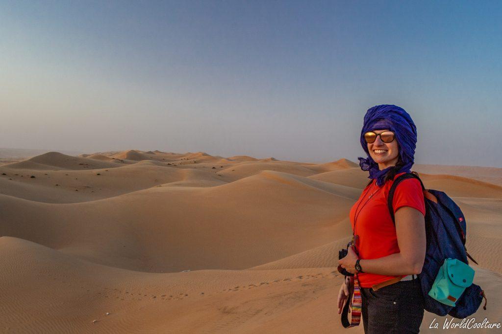 Randonner dans les dunes du désert de Wahiba Sands à Oman