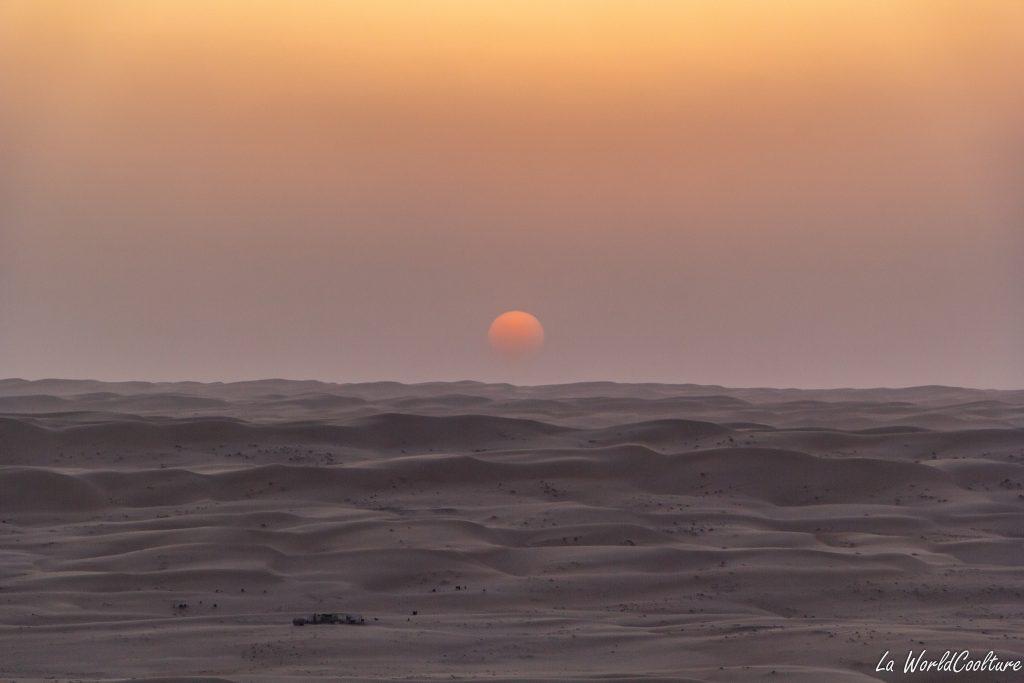 Admirer le coucher de soleil dans le désert de Wahiba Sands à Oman