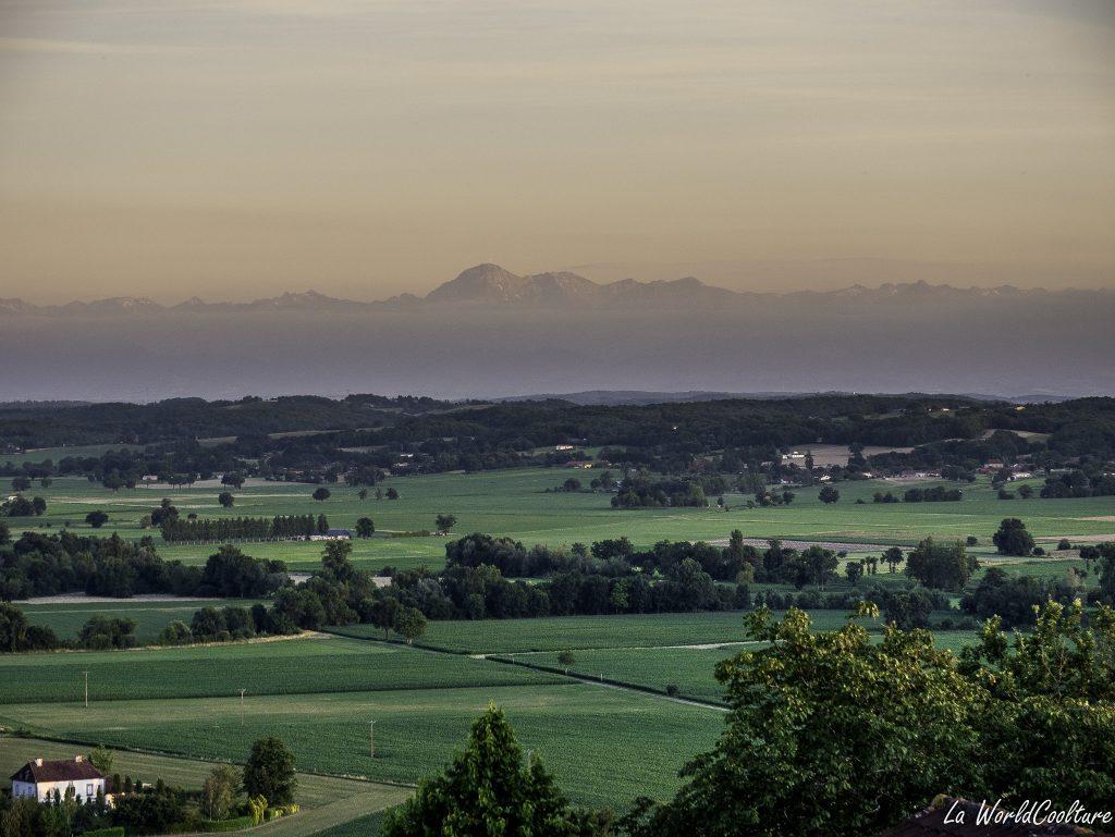 Vue panoramique sur les Pyrénées dans le Gers à Cazaux Villecomtal